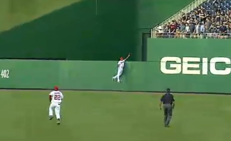 Justin Maxwell snares fly in the first inning. (Image courtesy of MASN and the Washington Nationals. Used with permission)